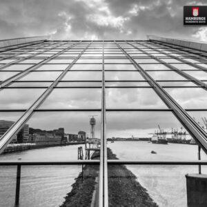 Hamburg Dockland Spiegelung auf Holz