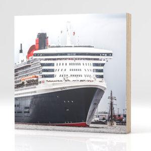 Hamburg Queen Mary 2 auf Holz